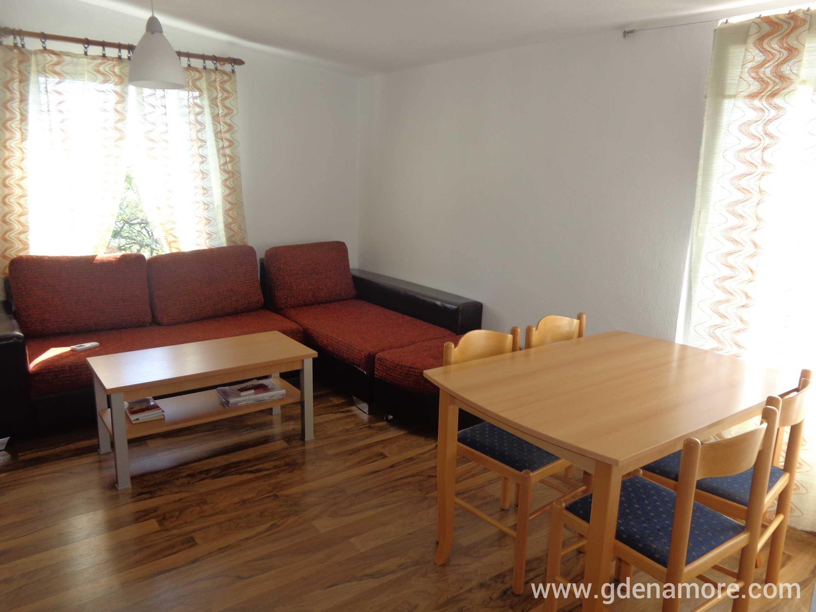 Privatan smeštaj sprat kuce (4 spavace sobe) u mestu Sutomore, Crna Gora  Gd...